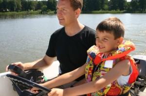 Ole och Robert kör motorbåt i Berlin